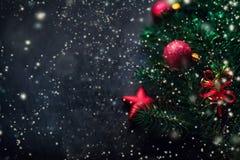 Fondo negro con el pino y los juguetes de la Navidad Tarjeta w del Año Nuevo Fotos de archivo