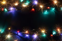 Fondo negro con las luces de la Navidad foto de archivo