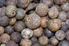 Fondo negro de los granos de pimienta Imagen de archivo libre de regalías