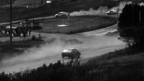 Fondo negro y blanco del deporte auto de la carrera de coches almacen de metraje de vídeo