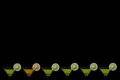 Fondo nero con i vetri di succo d'arancia e di kiwi Immagini Stock