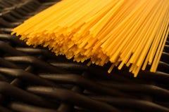 Fondo nero crudo della pasta degli spaghetti fotografie stock libere da diritti