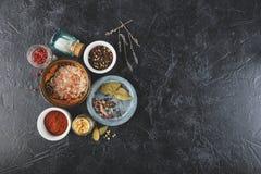 Fondo nero dell'alimento con le spezie Immagini Stock