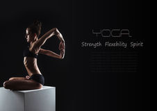 Fondo nero di yoga con la giovane donna flessibile Fotografia Stock