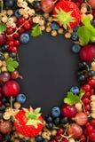 Fondo nero per testo con le bacche fresche del giardino, verticale Fotografia Stock Libera da Diritti