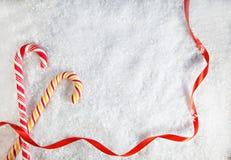 Fondo Nevado con dos bastones de caramelo Imágenes de archivo libres de regalías