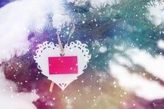 Fondo Nevado con el corazón blanco de las tarjetas del día de San Valentín Imagen de archivo libre de regalías