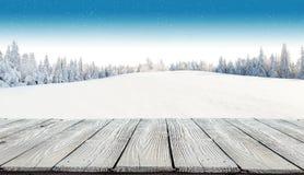 Fondo nevoso di inverno con le plance di legno Fotografie Stock
