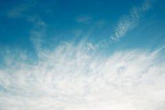 Fondo nuvoloso dell'estratto del cielo blu Fotografia Stock Libera da Diritti