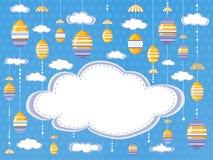 Fondo o cartel festivo de Pascua con las nubes y los huevos decorativos colgantes en el fondo del cielo con el espacio vacío par stock de ilustración