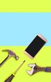 Fondo o plantilla vertical de la reparación del teléfono móvil para el anuncio del ` s de la compañía de la fijación del smartpho Imagen de archivo