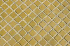Fondo o struttura quadrato giallo della pavimentazione in piastrelle immagine stock libera da diritti