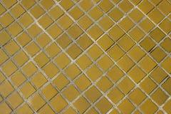 Fondo o struttura quadrato giallo della pavimentazione in piastrelle fotografia stock libera da diritti
