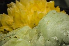 Fondo o textura abstracto de una piedra en una sección de un verde y de una sombra amarilla Cristales monofónicos transparentes foto de archivo libre de regalías
