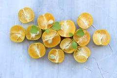 fondo org?nico de la naranja El concepto de bebidas sanas, espacio de la copia, primer fotografía de archivo