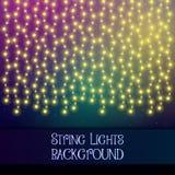 Fondo oscuro con las luces decorativas de la secuencia Guirnaldas brillantes brillantes de las bombillas imagen de archivo