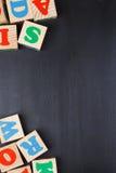 Fondo oscuro con los bloques del alfabeto Foto de archivo libre de regalías