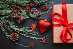 Fondo oscuro de la Navidad o del Año Nuevo, tablero negro de Navidad enmarcado con las decoraciones de la estación Imagenes de archivo