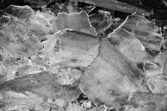 Fondo oscuro del contraste hecho del hielo foto de archivo
