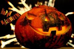 Fondo oscuro del enchufe de la cabeza de la calabaza de Halloween con las chispas Imagen de archivo