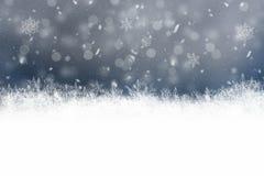 Fondo oscuro del invierno con los copos de nieve Imágenes de archivo libres de regalías