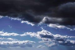 Fondo oscuro y dramático del área de las nubes de tormenta imagen de archivo libre de regalías