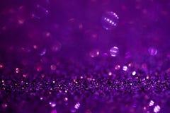 Fondo púrpura de la magia del brillo Luz Defocused y lugar enfocado libre para su diseño imagen de archivo libre de regalías