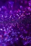 Fondo púrpura de la magia del brillo Luz Defocused y lugar enfocado libre para su diseño fotos de archivo