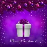Fondo púrpura de la Navidad con una actual caja Imagen de archivo libre de regalías
