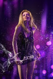 Fondo púrpura y agua de la muchacha hermosa Fotografía de archivo libre de regalías