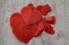 Fondo para el día del ` s de la tarjeta del día de San Valentín Corazones del trabajo hecho a mano sobre una tabla de madera Visi imagen de archivo libre de regalías