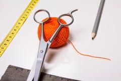 Fondo para el hilo anaranjado del sastre y las herramientas de costura Imagen de archivo libre de regalías