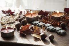Fondo para el humor del otoño con las velas ardientes Foto de archivo