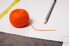 Fondo para la cinta y el lápiz anaranjados del hilo del sastre Imágenes de archivo libres de regalías