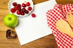 Fondo para la exhibición de la receta con el cuaderno y las frutas en blanco Visión desde arriba Fotografía de archivo