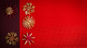 Fondo para la tarjeta de felicitación de la Feliz Navidad con la decoración de la paja en el papel texturizado Imágenes de archivo libres de regalías