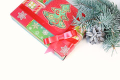 Fondo para la tarjeta de Navidad con un regalo Imágenes de archivo libres de regalías