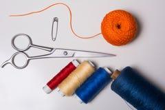 Fondo para los hilos y las tijeras multicolores del sastre Fotografía de archivo