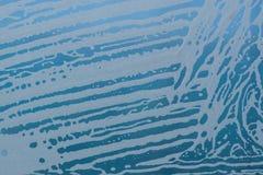 Fondo para una tarjeta de la invitación o una enhorabuena Modelo y burbujas de la espuma del jabón sobre el vidrio Fotografía de archivo libre de regalías