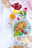 Fondo Pascua Para los cruasanes del desayuno con la ensalada y el café express Jugo y dulces frescos Tulipanes de la primavera De Fotografía de archivo
