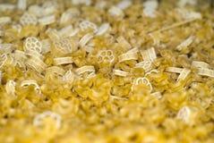 Fondo - pastas secas amarillas claras por peso foto de archivo