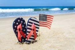 Fondo patriótico de los E.E.U.U. en la playa arenosa Fotos de archivo