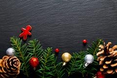 Fondo per l'albero di Natale di festa sul bordo nero dell'ardesia con immagini stock