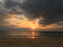 Fondo piacevole della spiaggia di tempo di tramonto Fotografia Stock