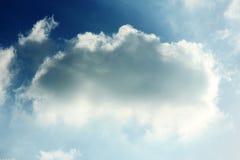 Fondo piovoso nuvoloso del cielo blu immagini stock