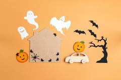 Fondo plano de Halloween de la endecha con la casa de la historieta, coche, calabazas foto de archivo