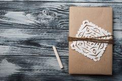 Fondo plano de la endecha con el regalo de la Navidad foto de archivo
