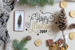 Fondo plano de la endecha de la Navidad y del Año Nuevo con el saludo de las letras de la mano Fotos de archivo libres de regalías
