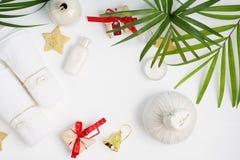 Fondo plano del balneario del día de fiesta de la opinión superior de la endecha: bolso del masaje, toallas y cajas de regalo tai imagen de archivo libre de regalías