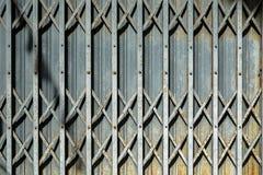Fondo plegable del detalle de la puerta de entrada de Grey Steel con el sábalo casted Fotografía de archivo libre de regalías